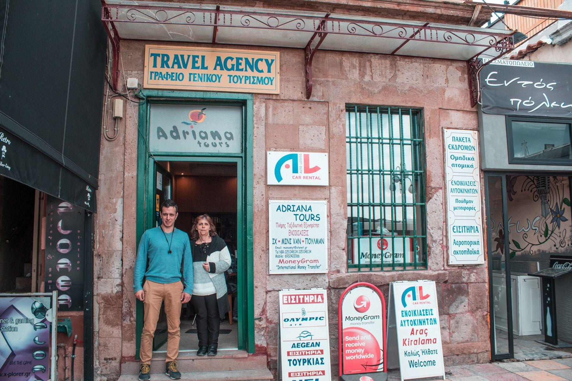 Panos Spanelis, dueño de una agencia de viajes, con su esposa