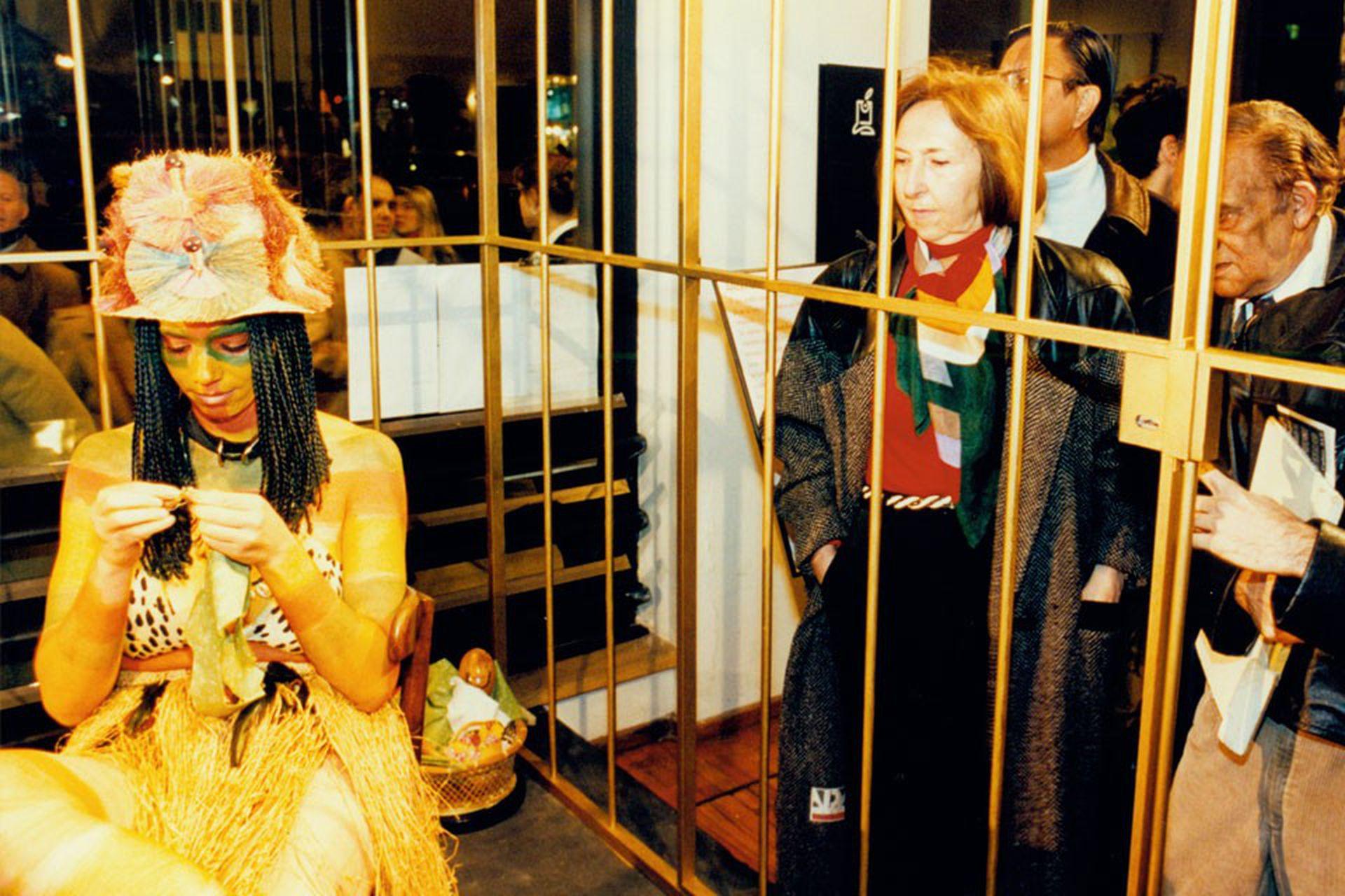 La jaula dorada con sus exóticos prisioneros se veía desde la vereda de la Avenida Callao al 300