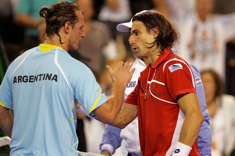 Nalbandian saluda a Ferrer, tras superarlo ampliamente en el 1er punto de la final de la Copa Davis 2008