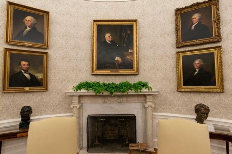 La Oficina Oval de la Casa Blanca fue redecorada recientemente para el primer día de la administración del presidente Joe Biden, el miércoles 20 de enero de 2021, en Washington, incluido un retrato del ex presidente Franklin D. Roosevelt sobre el manto de la chimenea