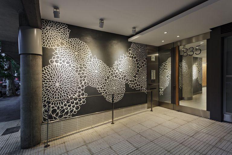 En Salguero al 800 la artista Vicze (Victoria Czentner) realizó un muro con flores en blanco y negro en el interior y el exterior del edificio proyectado por el estudio Arquitectonika