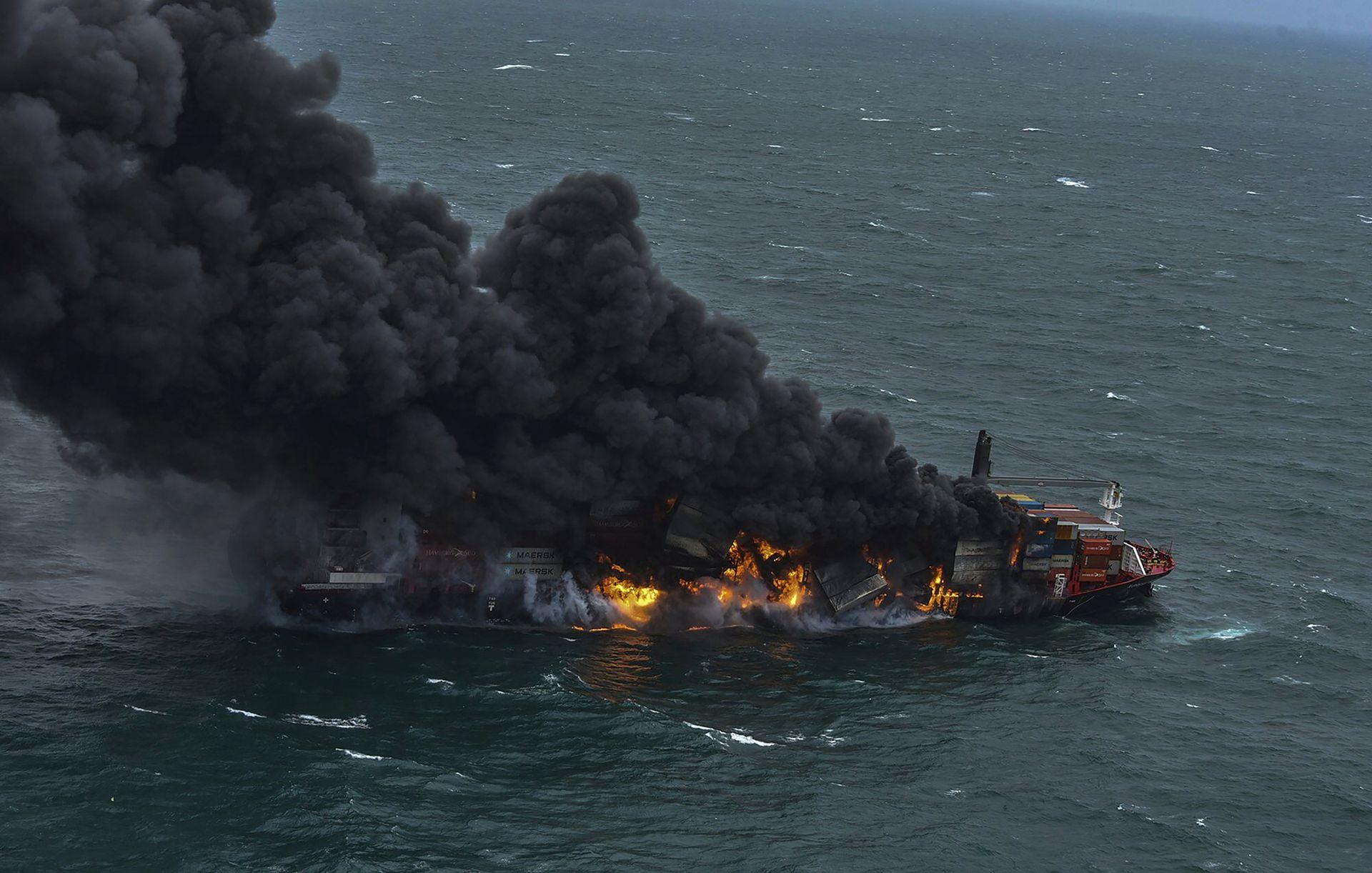 El martes se produjo una explosión en el barco anclado frente a la capital de Sri Lanka, que ha estado ardiendo durante varios días, lo que provocó la evacuación de todos los miembros de la tripulación
