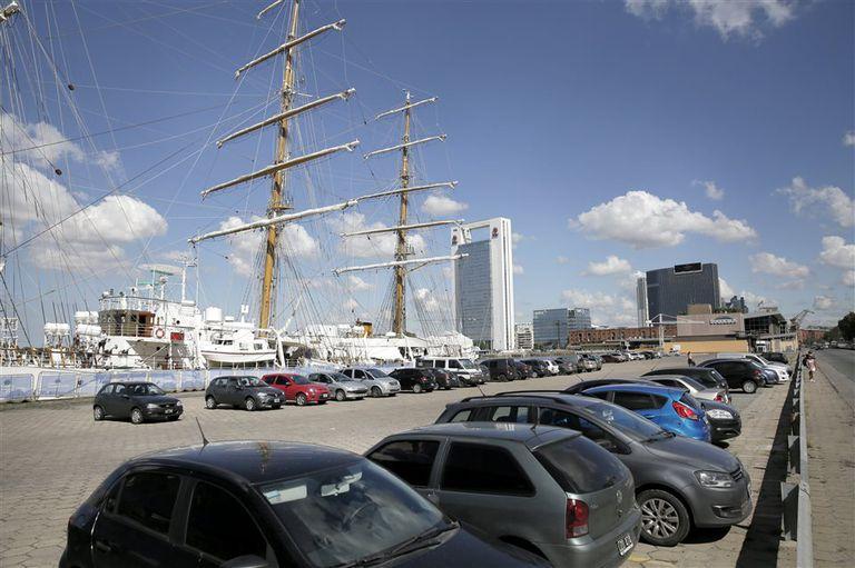 El estacionamiento en Puerto Madero, donde amarra la Fragata Libertad, ya no es tarifado