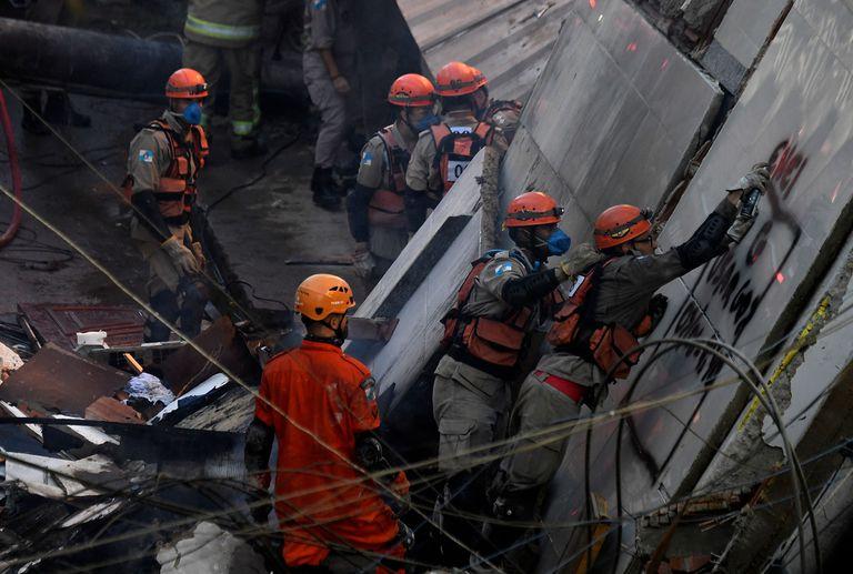 Bomberos y rescatistas buscan sobrevivientes entre los ecombros