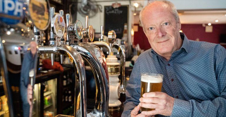 Tiene 74 años y tomó cerveza en más de 51.000 bares