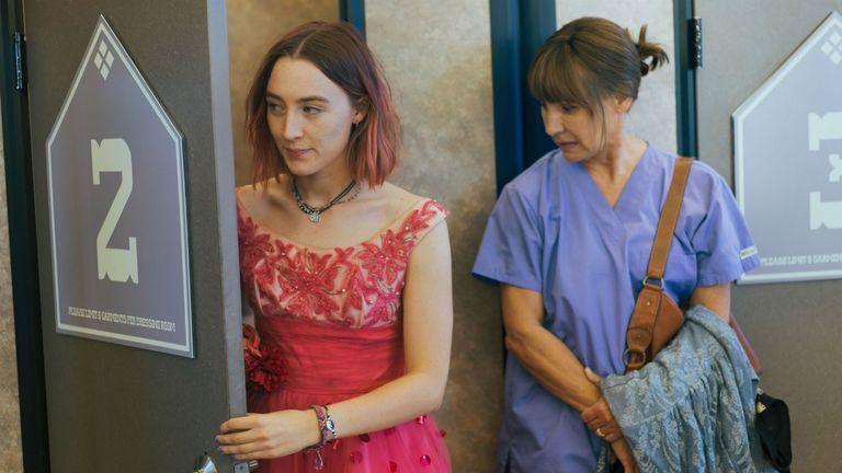 Saoirse Ronan y Laurie Metcalfe en una escena de Lady Bird, la mejor comedia