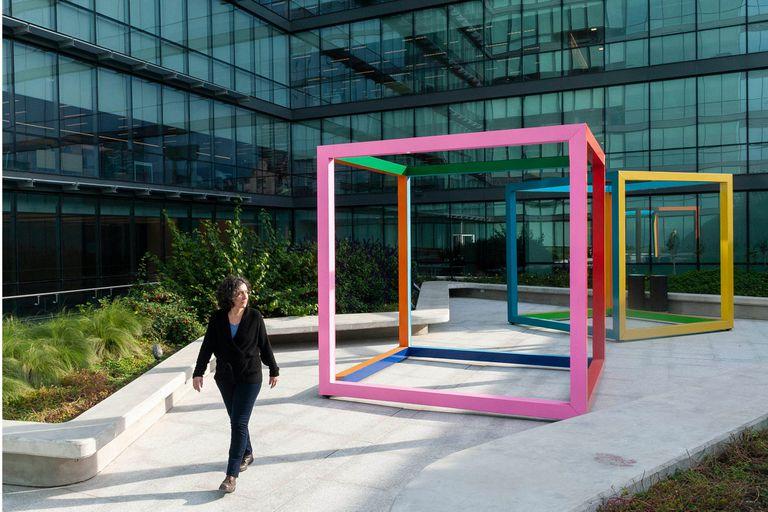 """""""Hace varios años que quería hacer esto"""", dice Gachi Hasper mientras atraviesa dos enormes cubos de colores creados por ella en la terraza de la flamante Fundación Santander"""