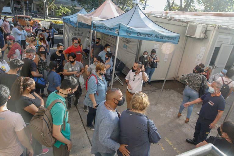 Ayer se registraron largas filas para hisoparse en los hospitales porteños