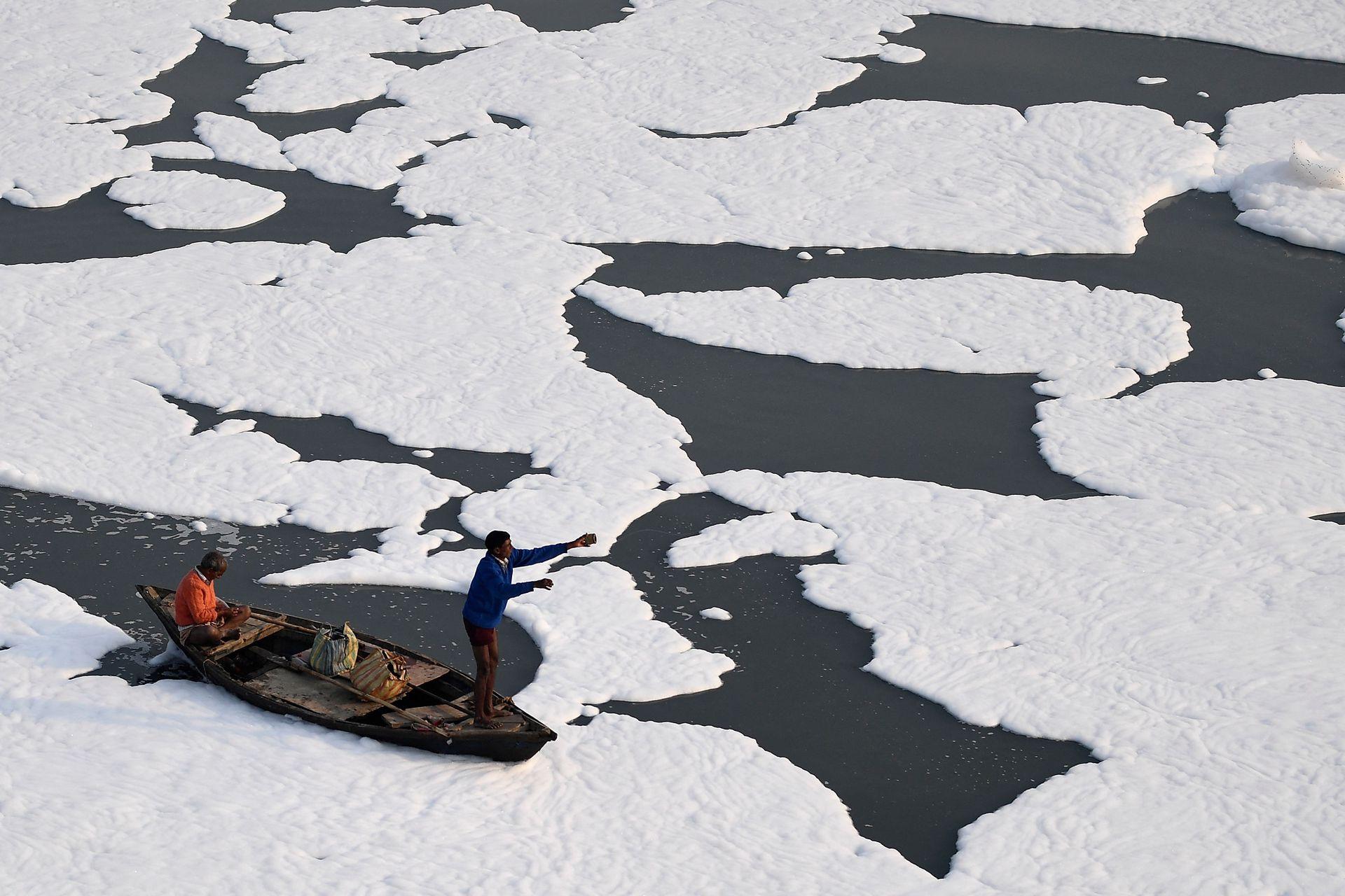 India es uno de los países que más problemas tiene con la contaminación ya sea de agua o del aire; el 19 de noviembre de 2020, un grupo de hombres remaban en un bote en las contaminadas aguas del río Yamuna cubiertas de espuma en Nueva Delhi; los esfuerzos globales para detener el cambio climático y mantener la Tierra habitable fracasarán sin un esfuerzo enorme de India que, según los expertos, necesitará voluntad política y un océano de dinero externo