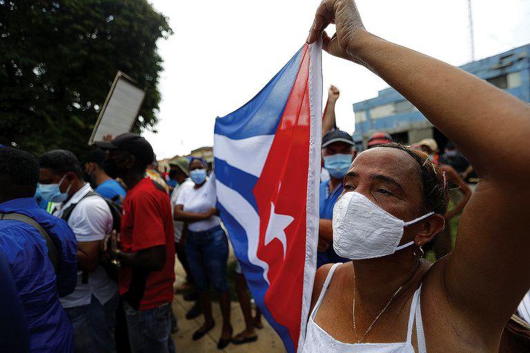 Simpatizantes del gobierno cubano en San Antonio de los Baños en las protestas antigubernamentales en las que participaron miles de personas, en San Antonio de los Baños, en julio pasado