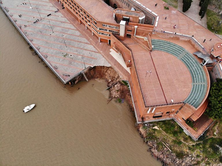 Derrumbe en el Parque España, ocasionado por la bajante del Río, en la costa céntrica de Rosario