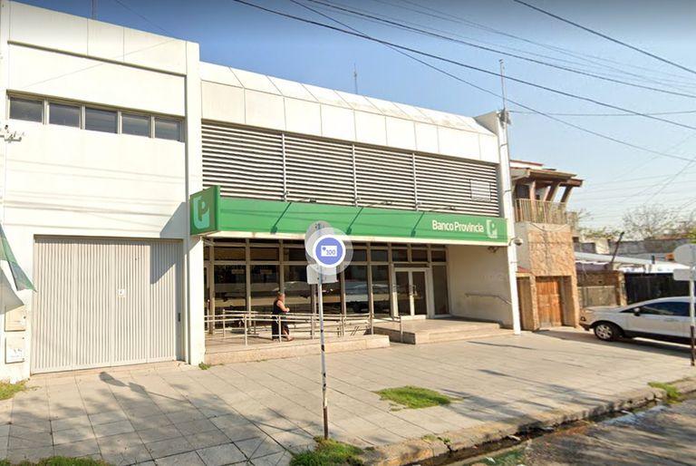 Bajo amenazas al gerente, robaron $1.585.000 y 9350 dólares de un banco