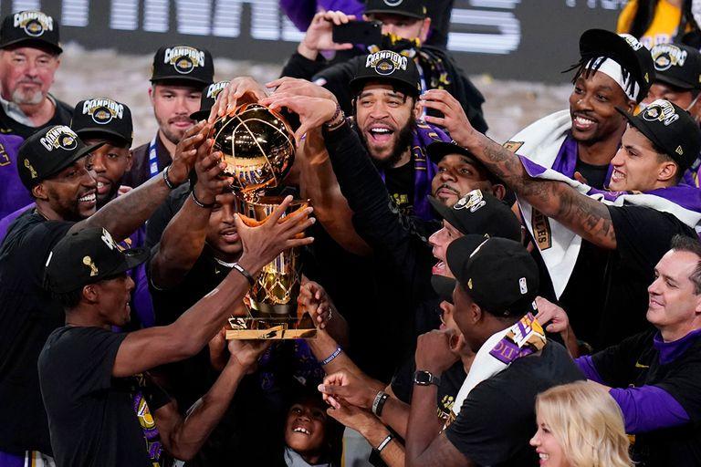 Los Angeles Lakers levantan el trofeo