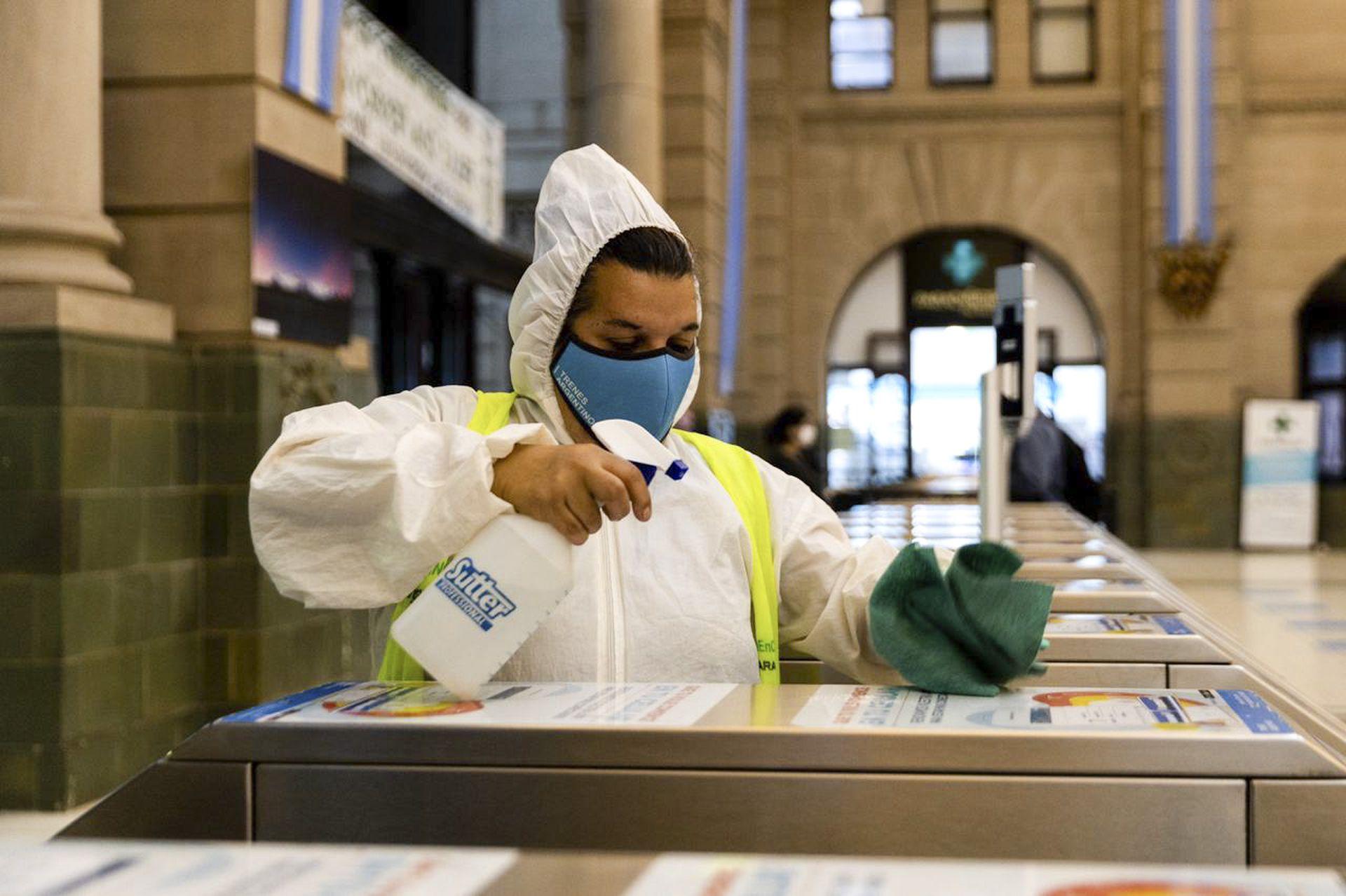 Las tareas de desinfección continúan en la estación de Retiro