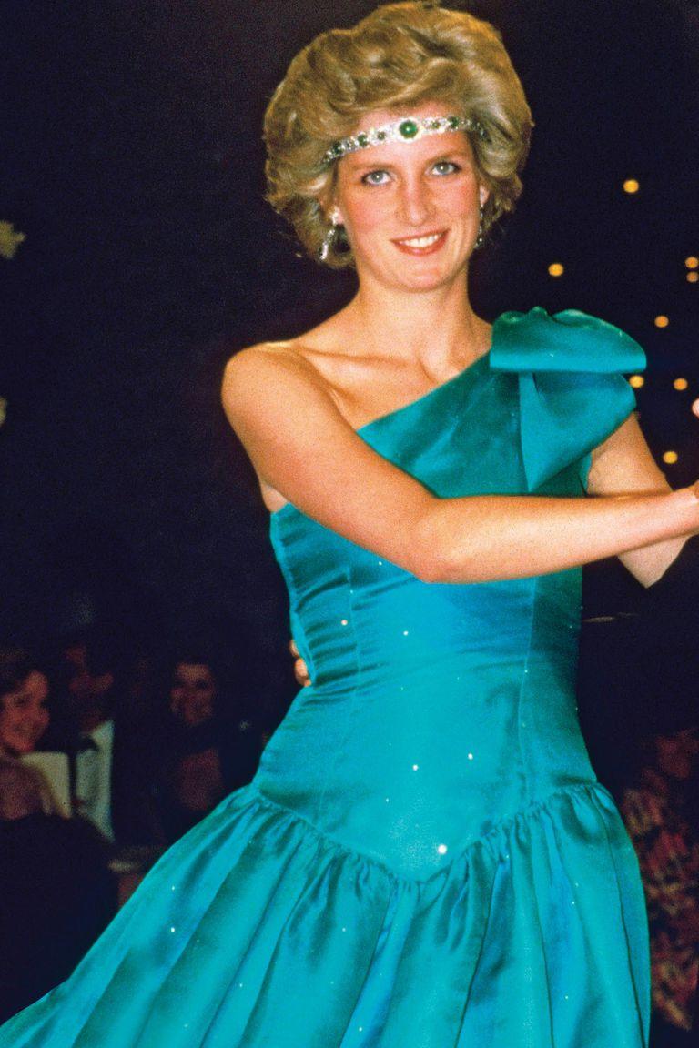 Siempre lista para tomar riesgos a la hora de vestirse, en Melbourne, en 1985, decoró su melena con una espectacular gargantilla de brillantes y esmeraldas sobre su frente.  Se trataba del collar art déco de la joyería Garrard que perteneció a la Reina Madre.