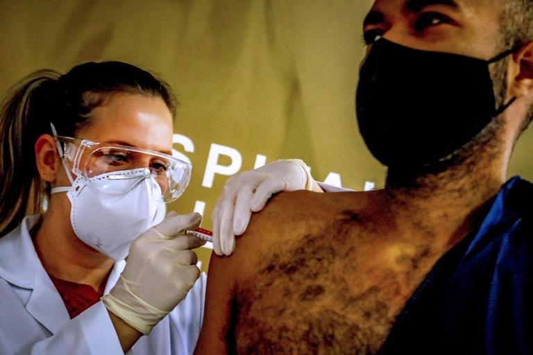 Un trabajador de la salud recibe una vacuna contra el coronavirus producida por la empresa china Sinovac Biotech en el Hospital Sao Lucas, en Porto Alegre