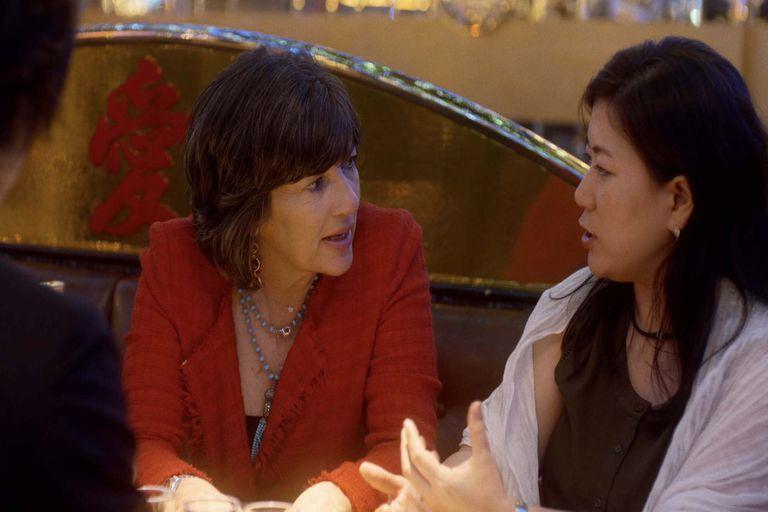 Christiane Amanpour entrevista a una joven japonesa en la serie Christiane Amanpour: Sexo y amor en todo el mundo