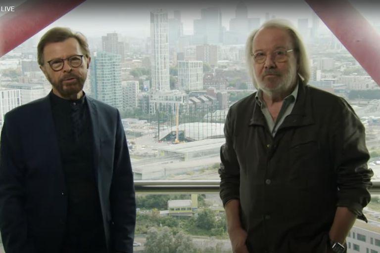 Björn y Benny antes de la entrevista en Live Streaming y (de fondo) el venue que se está construyendo para presentar en 2022 ABBA Voyage
