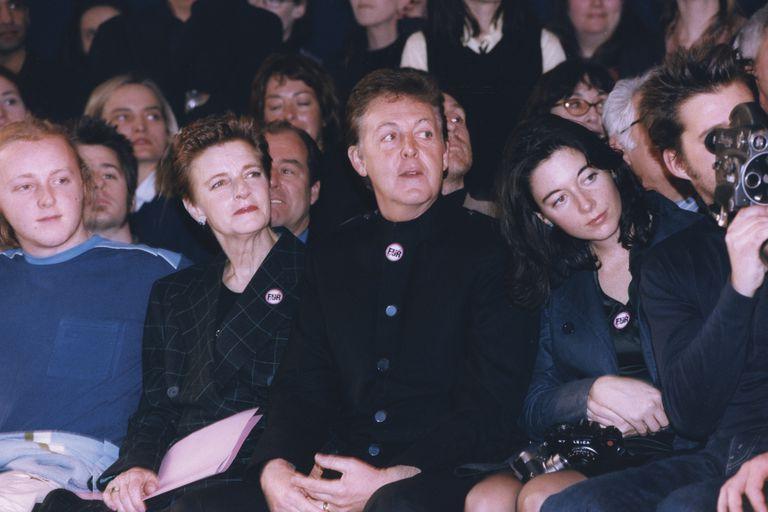 En París, 1988, con sus hijos James y Mary aplaudiendo las creaciones de su hija Stella sobre la pasarela.