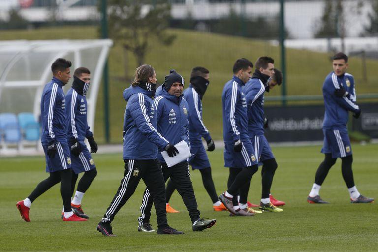 La selección argentina ya se entrena en Manchester de cara al amistoso con Italia