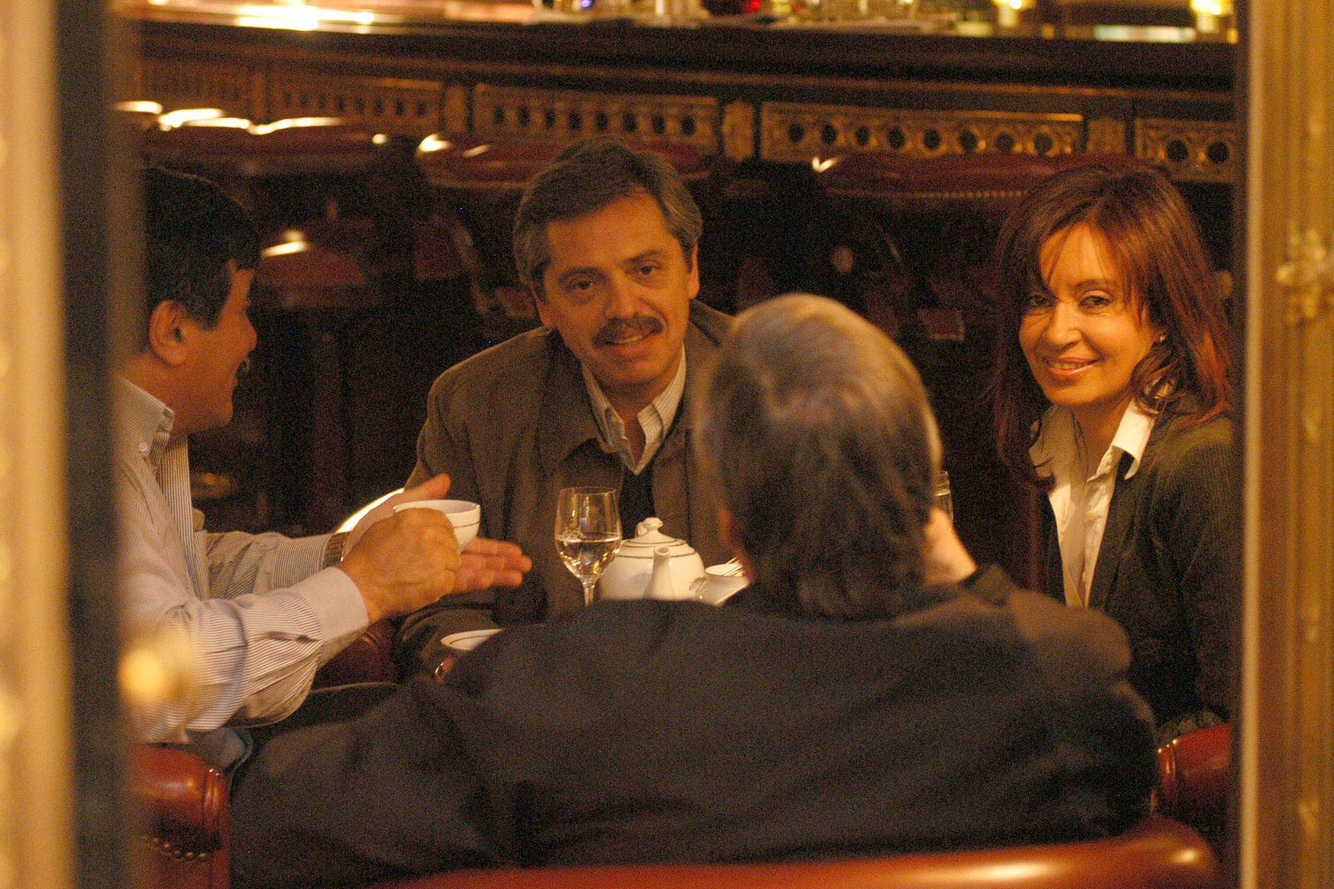 Encuentro en el bar del hotel Meurice, de París: Alberto Fernández, Cristina Fernández, Nestor Kirchner y Carlos Zannini, el 19 de enero de 2005