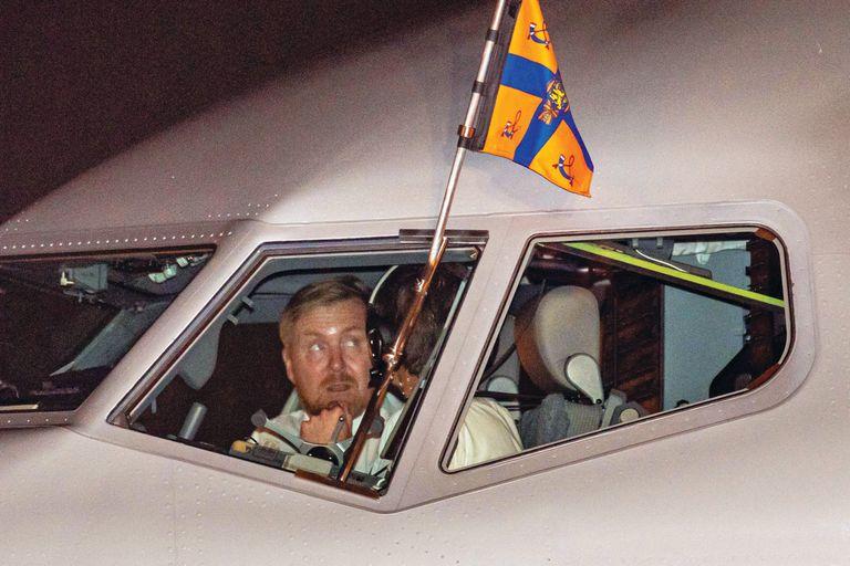 El Rey se convirtió en el protagonista de la jornada de bienvenida cuando realizó las maniobras de aterrizaje del Boeing 737, valuado en 90 millones de euros y con las comodidades de un hotel de lujo.