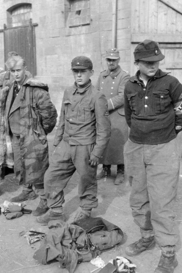Niños soldados alemanes tomados prisioneros en el año 1945