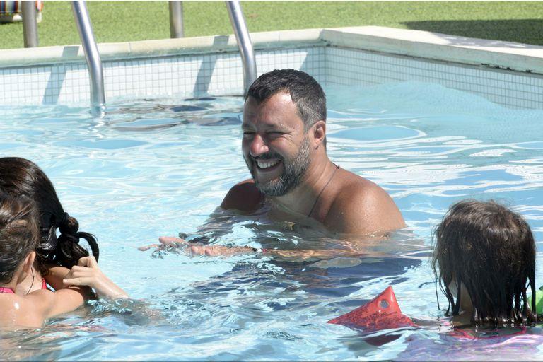 Salvini, en la pileta durante sus vacaciones