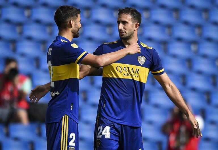Lisandro López e Izquierdoz celebran el gol de Cali a Lanús. El Xeneize es el primer equipo grande clasificado a los cuartos de final
