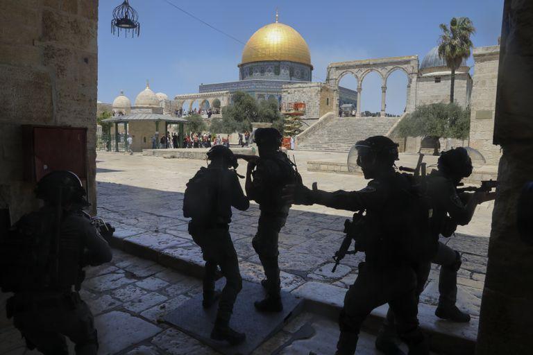 En esta imagen de archivo, tomada el 18 de junio de 2021, fuerzas de seguridad israelíes toman posiciones durante enfrentamientos con palestinos en el complejo de la mezquita de Al Aqsa, en la Ciudad Vieja de Jerusalén. (AP Foto/Mahmoud Illean, archivo)