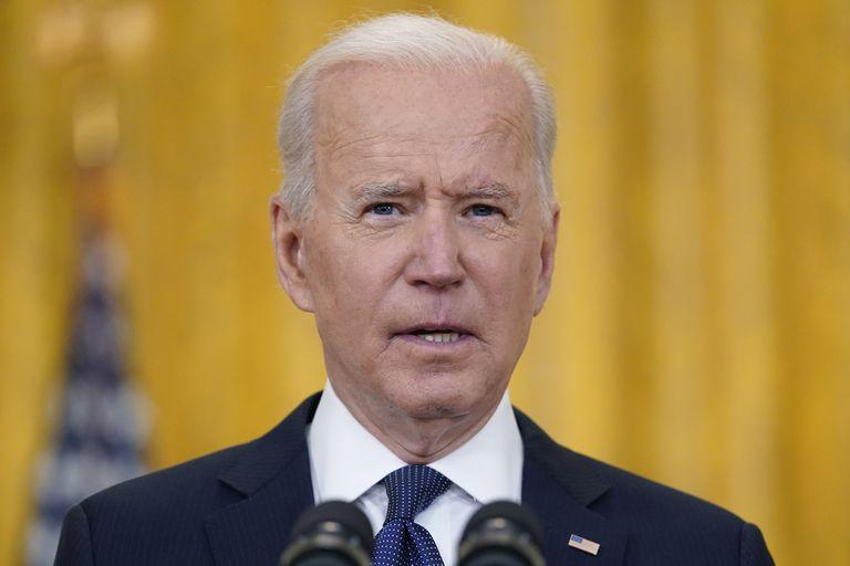 El presidente estadounidense Joe Biden da un mensaje sobre la economía del país, el 10 de mayo de 2021 en el Salón Este de la Casa Blanca, en Washington. (AP Foto/Evan Vucci)