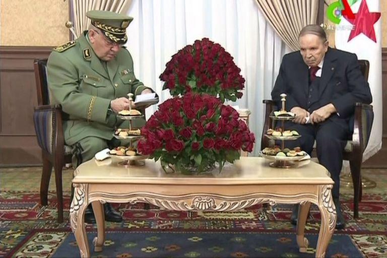 El jefe del ejército, hasta hora uno de los hombres más fieles del presidente argelino pidió hoy su inhabilitación