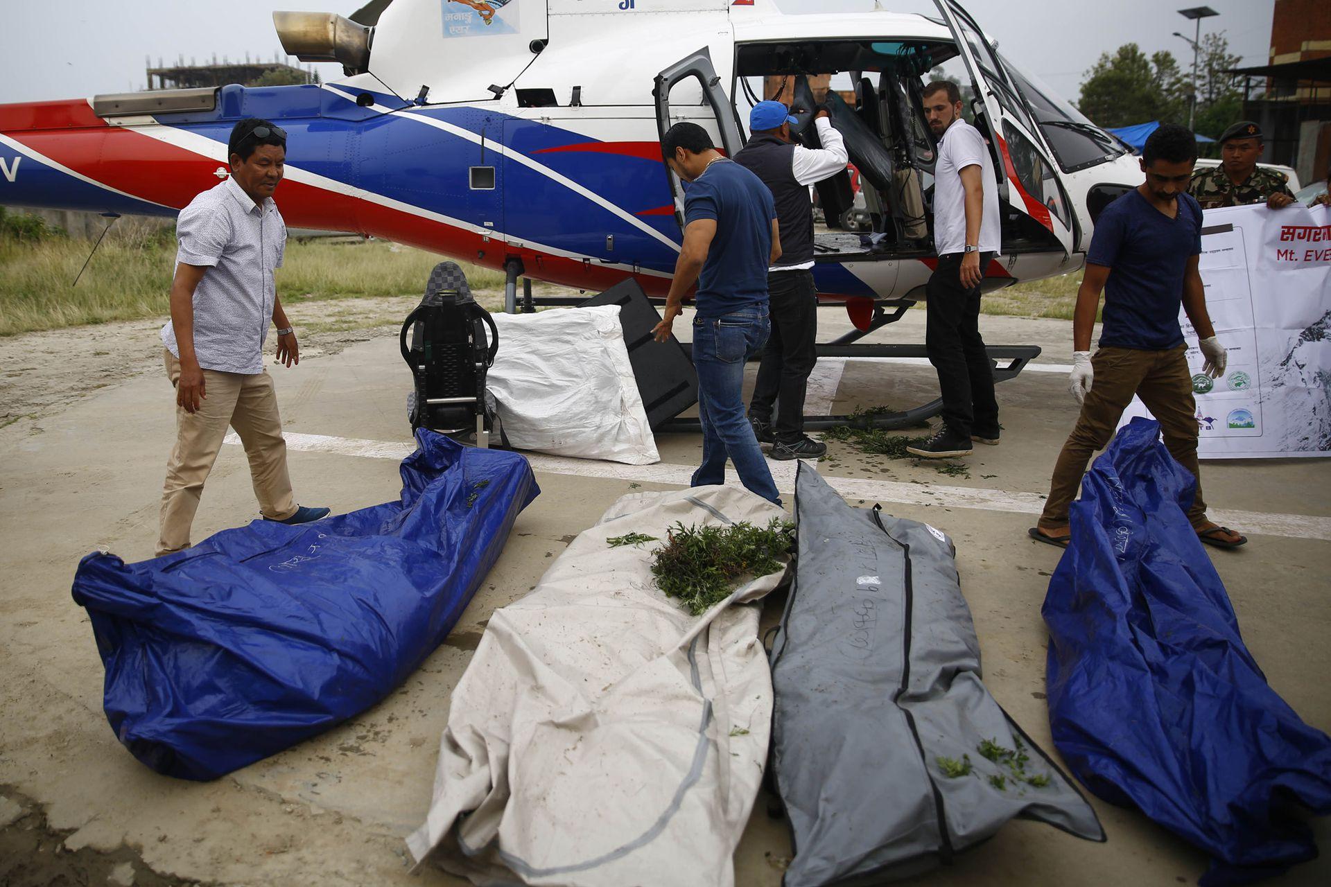 Nepal, Katmandú: el personal del Ejército de Nepal trae cuatro cadáveres en un helicóptero para su autopsia