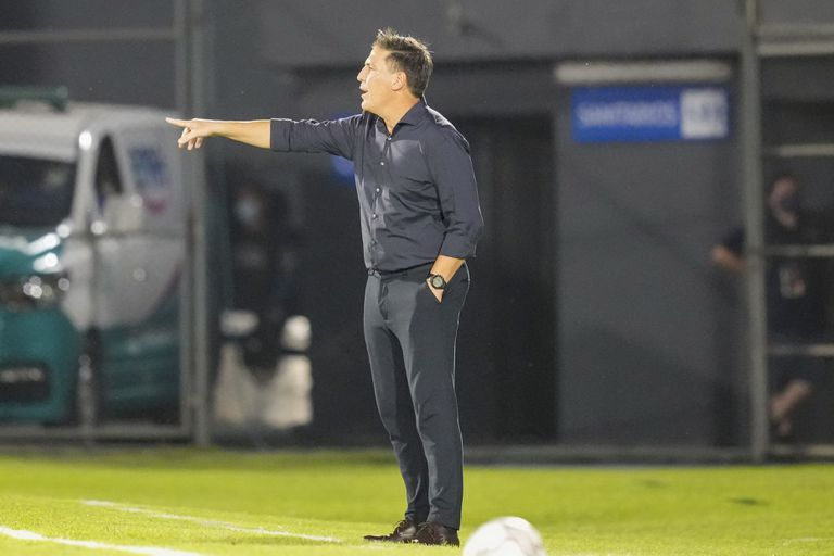 El técnico de Paraguay Eduardo Berizzo imparte instrucciones a sus jugadores durante el partido contra Colombia por las eliminatorias del Mundial, el domingo 5 de septiembre de 2021, en Asunción. (AP Foto/Jorge Saenz)