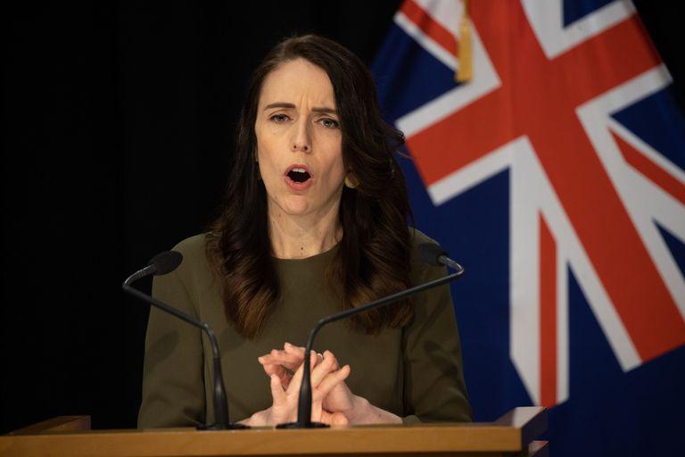 La primera ministra de Nueva Zelanda, Jacinda Ardern, anunció hoy la extensión del aislamiento estricto que se decretó tras la detección de un contagio local, la semana pasada