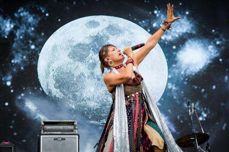 """En el día del 8°aniversario de la muerte de Luis Alberto Spinetta, Hilda Lizarazu aprovechó su presentación en el Cosquín Rock para homenajearlo con una bella versión de """"Seguir viviendo sin tu amor"""" y dejó en claro que sigue teniendo una de las mejores voces del rock argentino"""