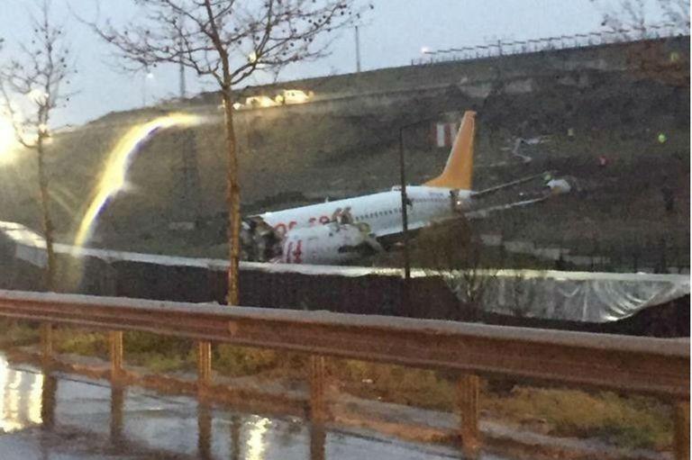 El avión salió completamente de la pista de aterrizaje y se partió en tres pedazos