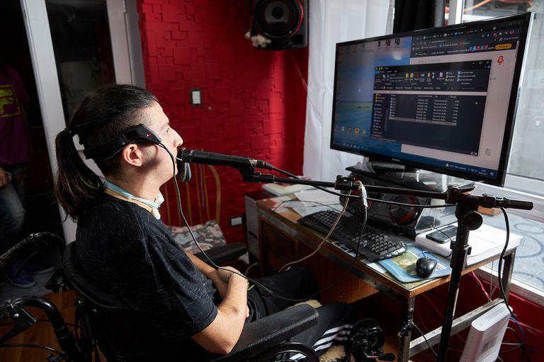 Sin movilidad en pierna y brazos, Wolfgang Ribeiro Couto puede utilizar una computadora con un sistema de comando mediante el movimiento de la cabeza y cejas, especialmente adaptado para él
