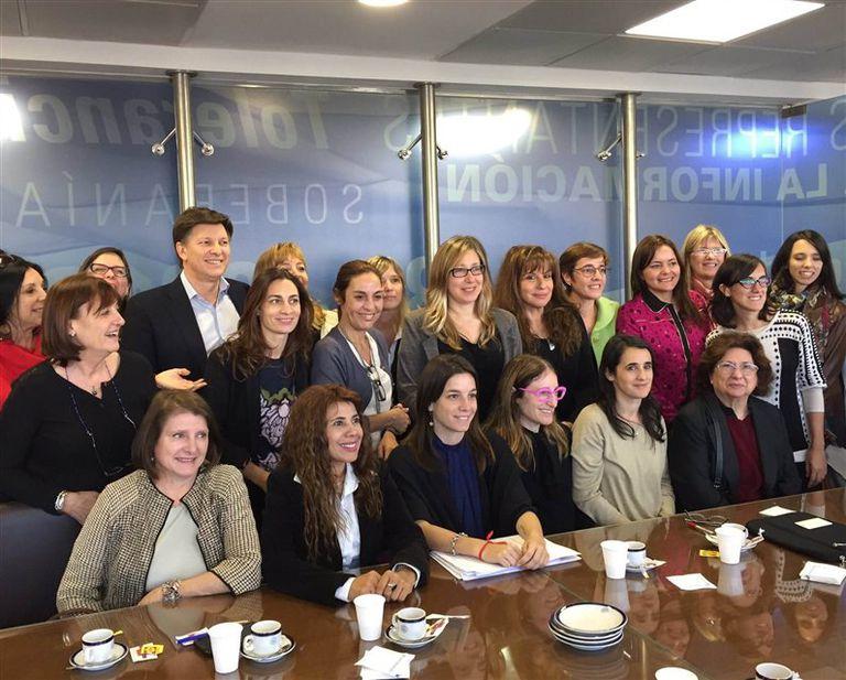 Diputadas de diferentes sectores políticos, la semana pasada, en una reunión de reforma política