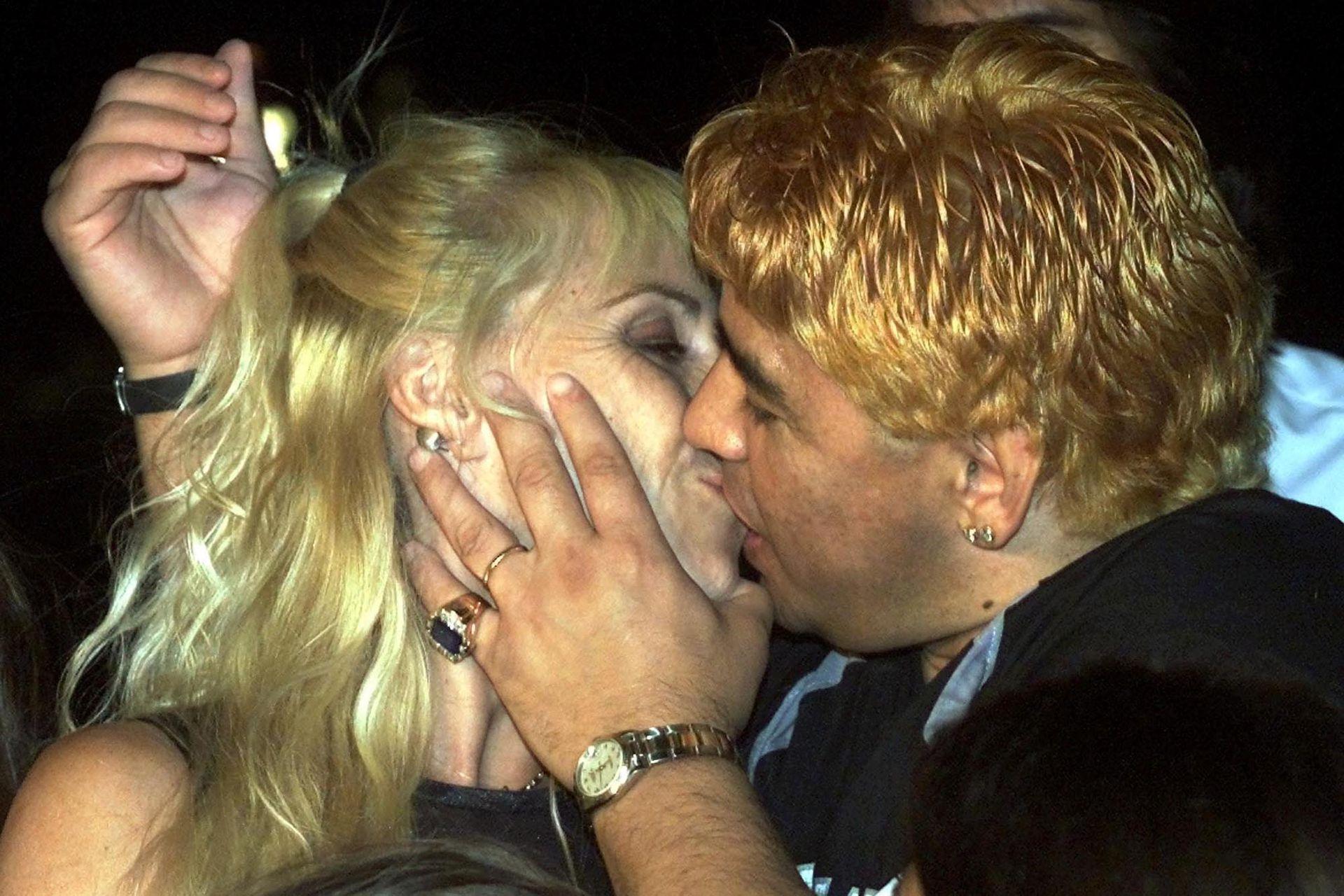 Un beso apasionado durante la internación de Maradona en Cuba