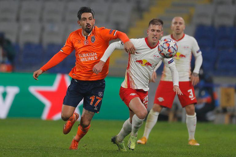 Irfan Kahveci, goleador de Istambul Basaksehir, disputa la pelota con el español Dani Olmo durante el partido entre los turcos y Red Bull Leipzig, de Alemania.