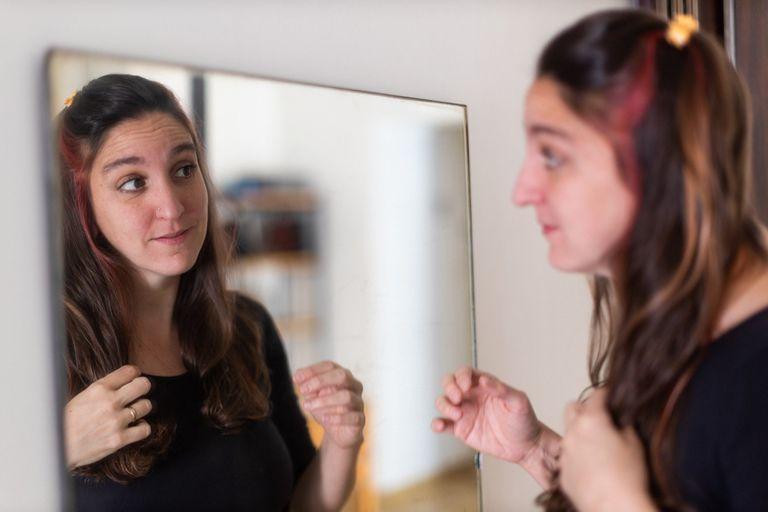 Anastasia Tovorovsky dejó que sus cejas crezcan libres y archivó la pincita de depilar