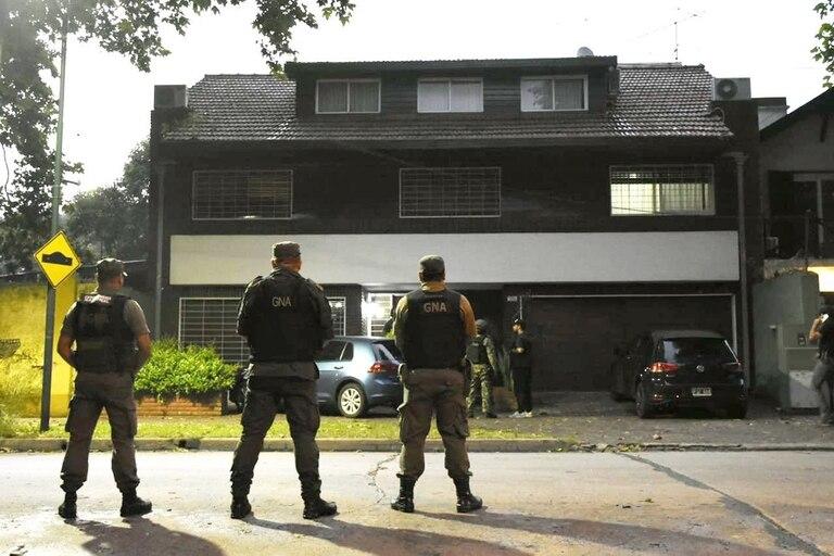 Gendarmes controlan uno de los 50 allanamientos realizados ayer