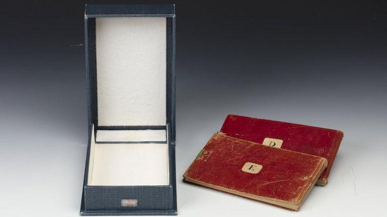 La Biblioteca de la Universidad de Cambridge pide que devuelvan los cuadernos.