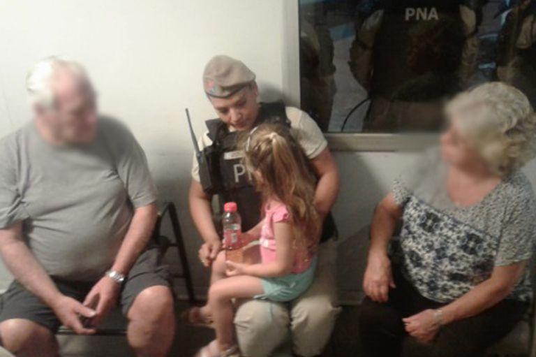 Barracas: rescatan a una niña de tres años abandonada en un auto robado