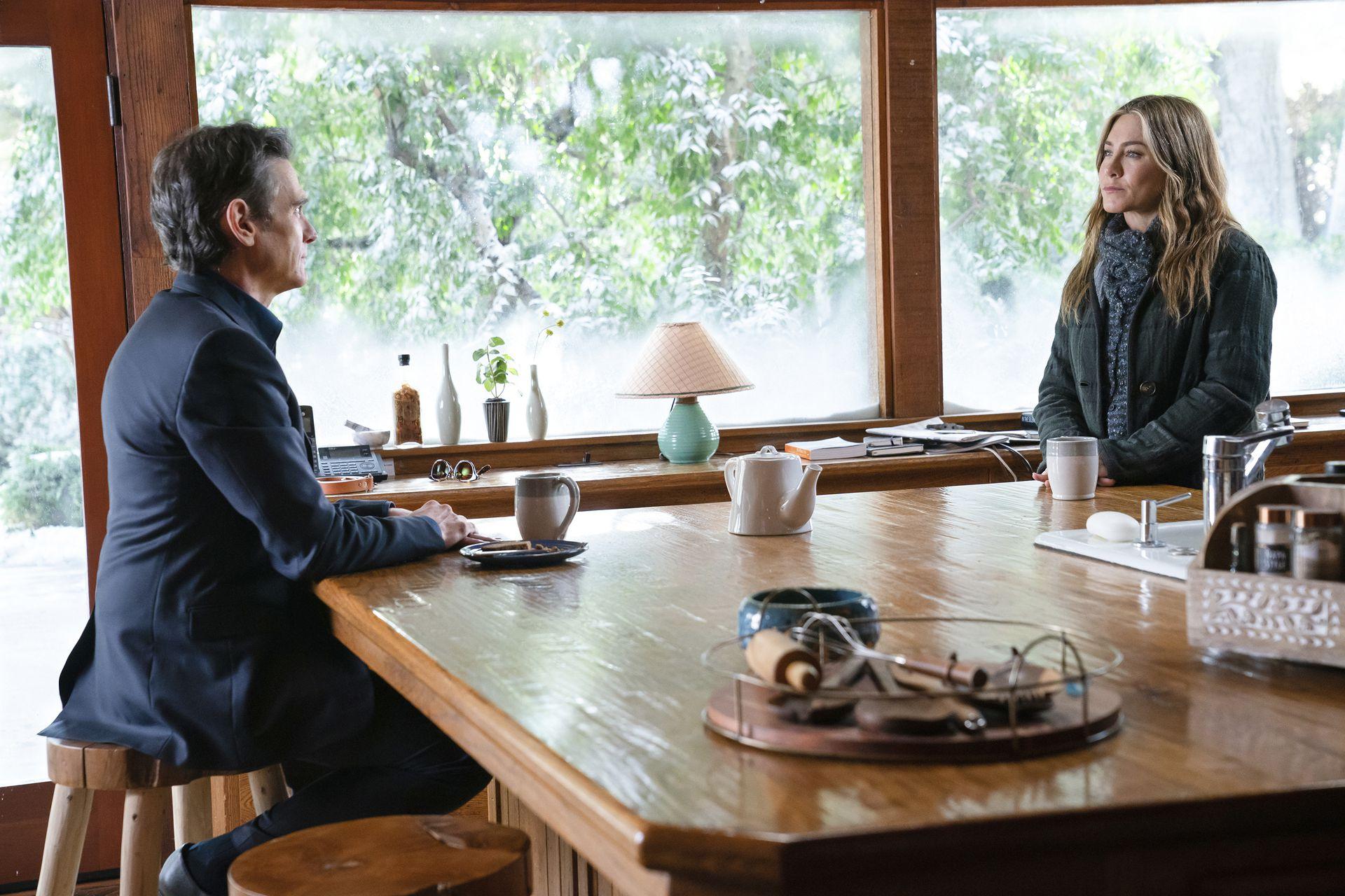 """En esta imagen difundida por Apple TV+, Billy Crudup y Jennifer Aniston en una escena de """"The Morning Show"""". (Apple TV+ vía AP)"""