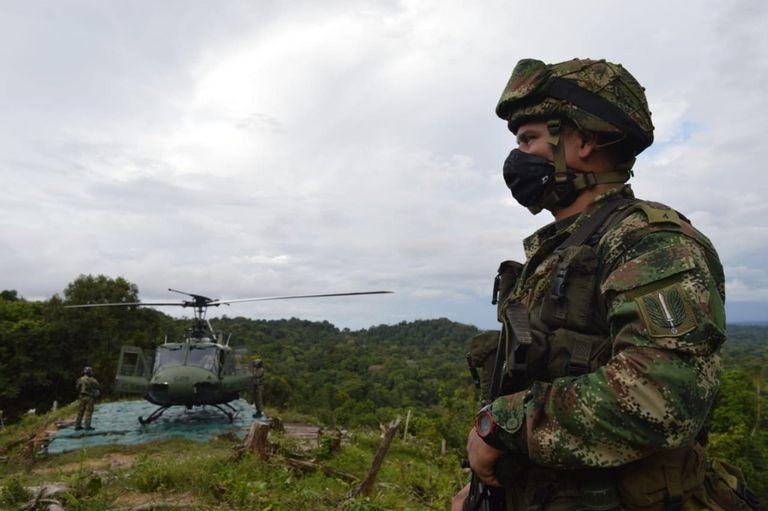 25-10-2020 Un soldado junto a un helicóptero en Colombia POLITICA SUDAMÉRICA COLOMBIA EJÉRCITO DE COLOMBIA