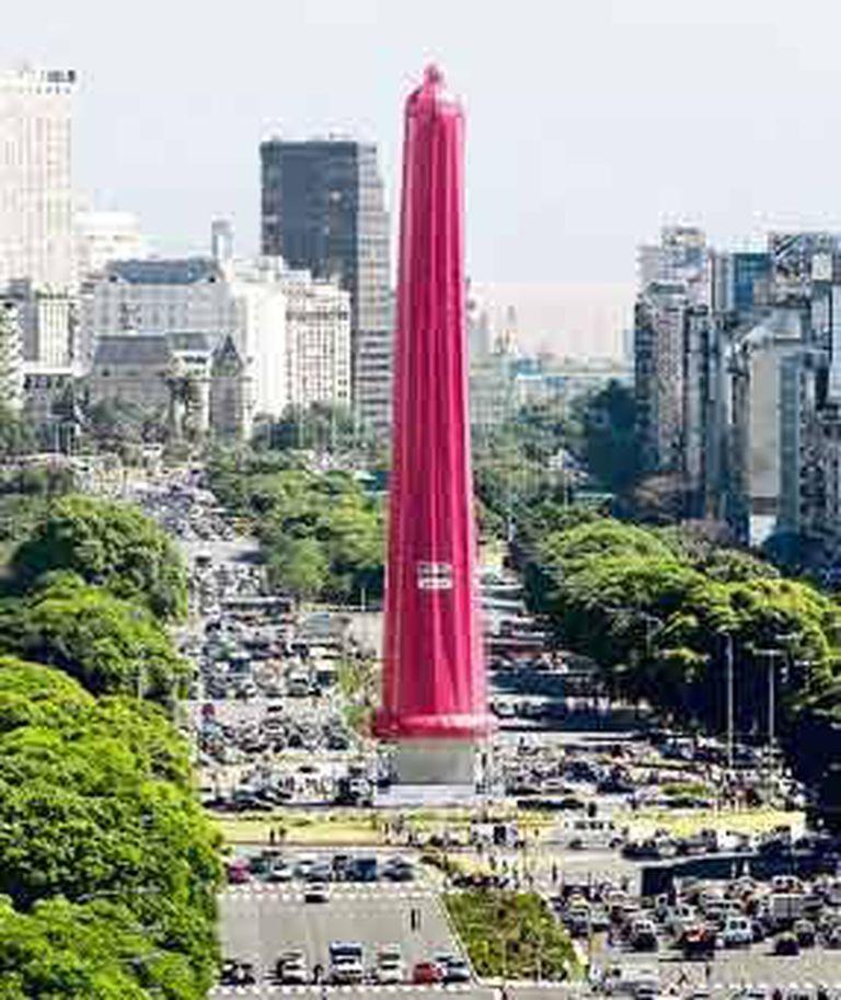 El obelisco porteño, enfundado en un preservativo gigante