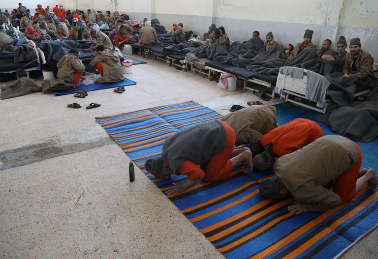 Prisioneros extranjeros rezan dentro de un hospital de la prisión en Hasaka