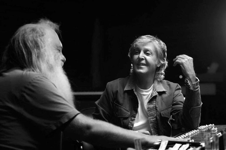 En seis episodios, Rick Rubin y McCartney profundizan en la música de la banda de Liverpool y comparten horas de anécdotas